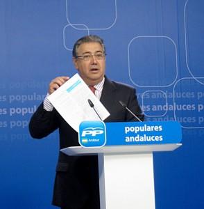 El presidente del PP-A, Juan Ignacio Zoido, hablando sobre los ERE en rueda de prensa, ayer