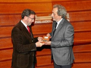 El presidente del Parlamento andaluz, Manuel Gracia, recibió ayer al Defensor del Pueblo José Chamizo.