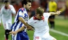 Alberto Moreno, protegiendo el balón. (Kiko Hurtado, Marcamedia).