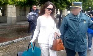 La jueza saliendo con gafas de sol tras 24 horas en el juzgado.