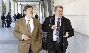 El exdirector general de Trabajo de la Junta Francisco Javier Guerrero y su abogado, Fernando de Pablo, en el juzgado