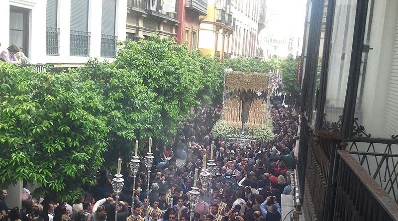 El traslado de la Esperanza de Triana por el Arenal.