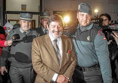 El exdirector general de Empleo, Francisco Javier Guerrero, es conducido al furgón policial.