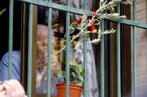 Señor contemplando una cofradia desde la ventana