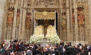 Esperanza de Triana a su salida de la Catedral la mañana del Sábado Santo.