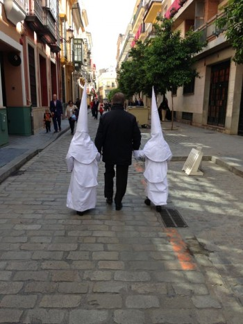 Dos nazarenos de La Borriquita camino de El Salvador (@gonzalogiraldez)