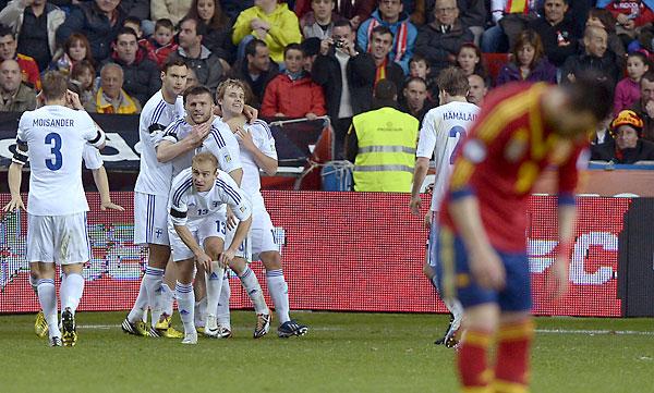 Los finlandeses celebran su gol ante España. /Reuters