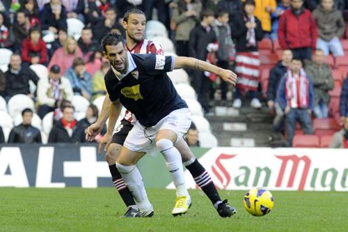 Negredo y Gurpegui pelean por un balón.