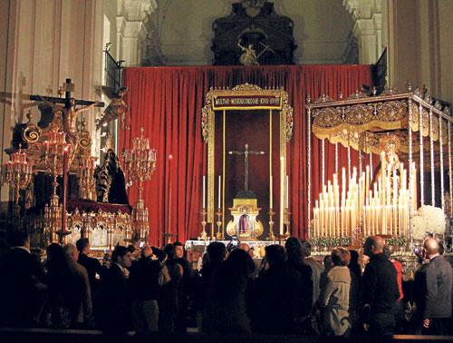 Como el resto de hermandades, la de Santa Cruz también abrió su iglesia para que la muchedumbre contemplara sus imágenes titulares.