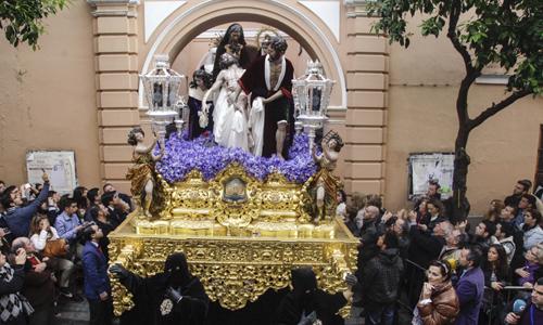 La hermandad de Santa Marta comienza su andadura por Sevilla.