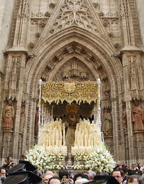 La Esperanza de Triana sale de la Catedral./ Victoria Hidalgo