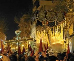 La Cruz de Guía de la Lanzada, en la esquina de Cuna, junto al paso de la Virgen de Regla.