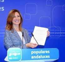 La vicesecretaria de Territorio del PP andaluz, Alicia Martínez, mostró ayer documentos en la rueda de prensa.