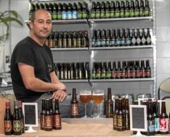 33 El promotor de Cervezas Taifa, Jacobo Portillo, en el puesto del mercado de Triana. J. M. ESPINO (ATESE)