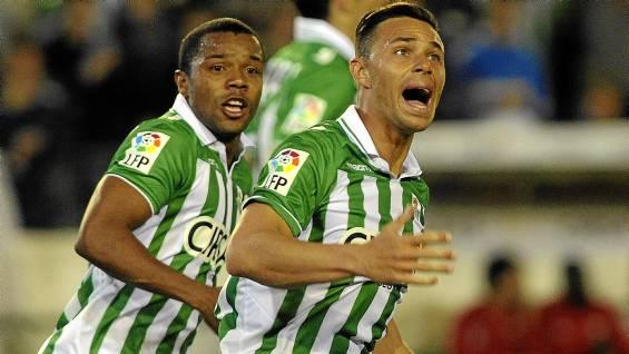 Rubén Castro celebra el 2-3 con Pabón detrás / Marcamedia