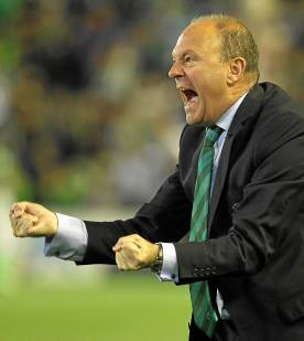 Pepe Mel celebra el 3-3 en el derbi / Marcamedia