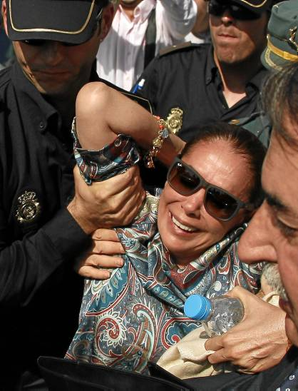 33 Isabel Pantoja sufrió un desvanecimiento ayer, a su salida del juzgado, tras ser zarandeada por la gente.