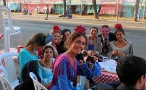 33 Un grupo de jóvenes apura por la mañana la jornada de Feria y sin perder la sonrisa repone fuerzas con una rueda de calentitos y un buen chocolate.