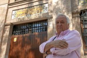 El presidente vecinal de Miraflores, Esteban Suárez, posa ante la remozada fábrica de sedas de Santiago Pérez, reconvertida en viviendas.