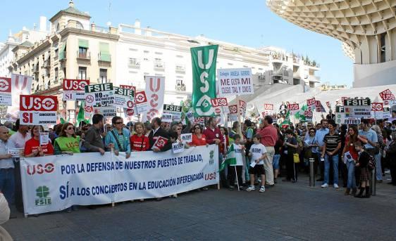 Manifestación de padres de colegios segregados, ayer, en Sevilla.