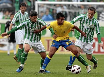 Salva Sevilla, Viera (Las Palmas) y Nacho, en el último partido de domingo a las 5 en el Villamarín / Paco Cazalla
