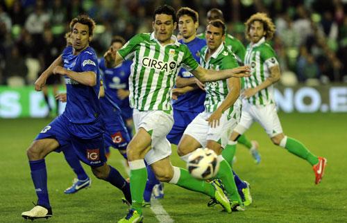 Jorge Molina intenta rematar una falta (Kiko Hurtado / Marcamedia)