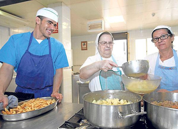 El comedor social del Pumarejo dispensará este domingo un menú especial con arroz y filetes empanados por ser Feria. / J. M. Espino (Atese)