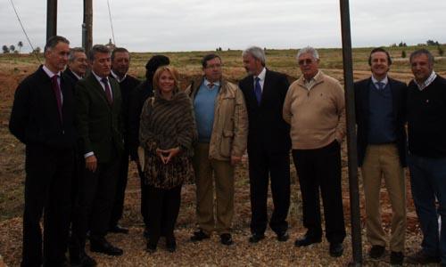 En la imagen, representantes de la empresa y miembros del EQuipo de Gobierno del Ayuntamiento de Espartinas en la parcela donde se proyectará el centro comercial