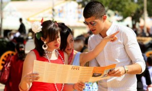 Algunos turistas consultando el mapa de la Feria en una imagen de archivo.