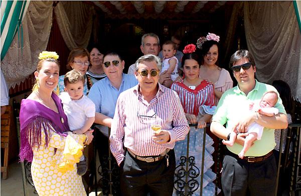 Las familias Pérez, Benito y Castejón disfrutan de la Feria en el número 86 de Ignacio Sánchez Mejías.