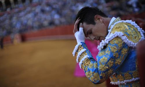 El matador José María Manzanares durante su corrida en la Maestranza. / Reuters