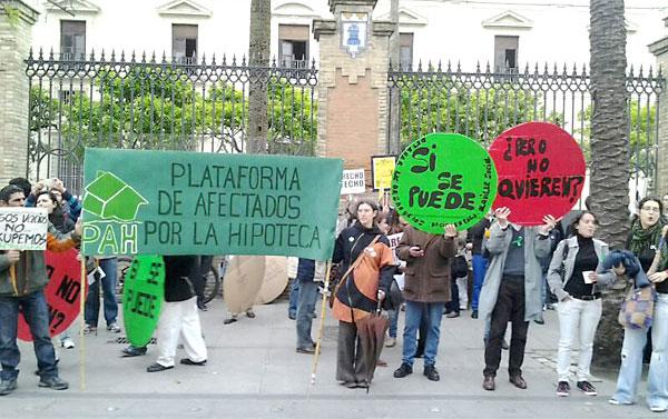 Activistas de la PAH ante la sede del PP de la calle San Fernando.