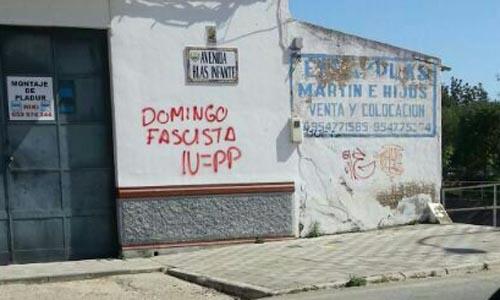 Pintadas en contra de la moción de censura al alcalde de Coria del Río