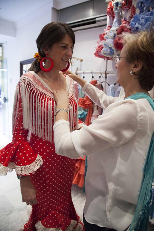Preparativos para vestirse de flamenca en la Feria. / J.M.Espino (ATESE)