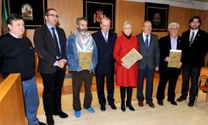 Los portavoces en la Diputación de PSOE, PA e IU, y sus representantes en el acto, junto al presidente y al autor del libro Historias de vida. J.M.Paisano (Atese)
