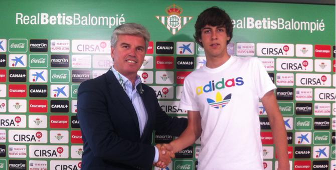 Abeledo, con Miguel Guillén tras firmar su nuevo contrato / Real Betis