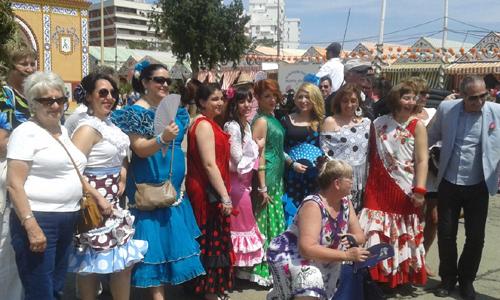 Los pasajeros del crucero pidieron permiso a un grupo de flamencas para fotografiarse con ellas.