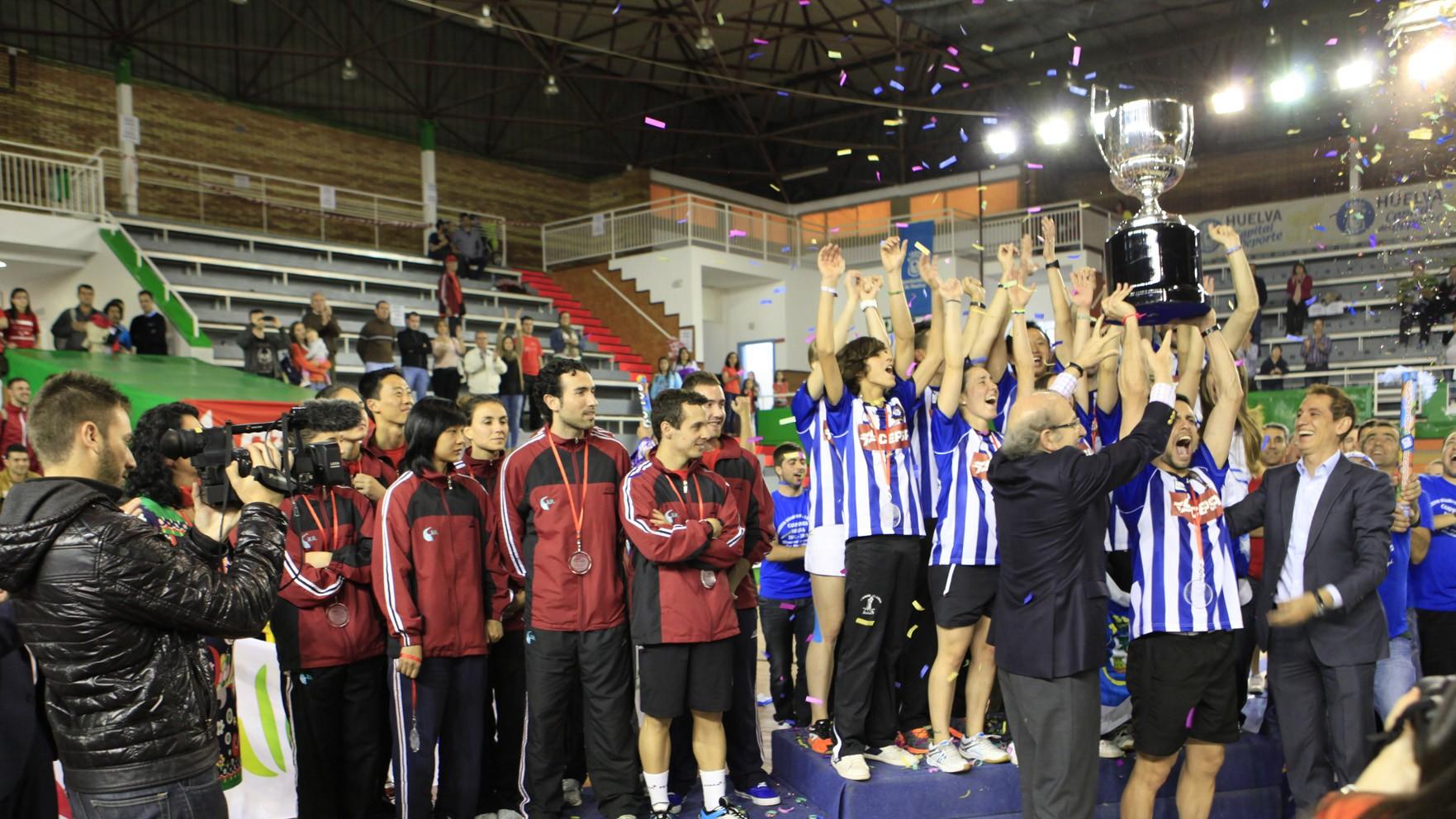 El nuevo campeón recoge el trofeo en presencia del Soderinsa.