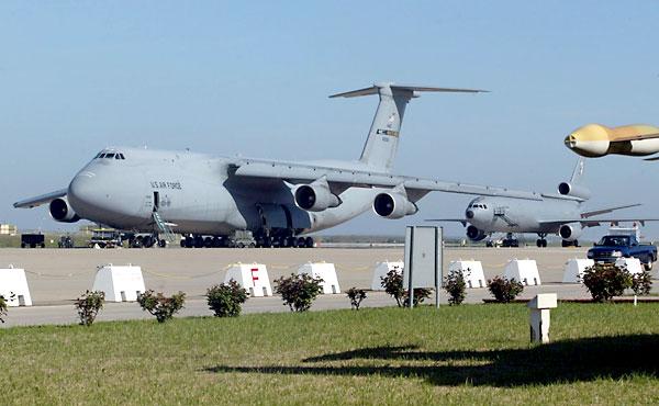 Imagen de archivo de varios aviones de las Fuerzas Aéreas americanas en la base de Morón. / Javier Díaz
