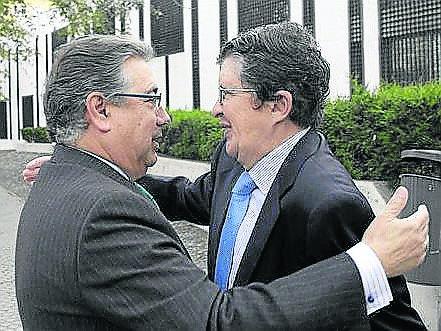 El alcalde felicita al nuevo presidente del CESS, Joaquín revuelta García.