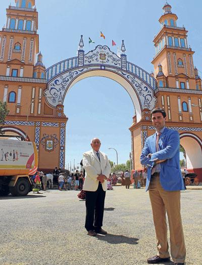 Miguel Ángel Pérez y su antiguo alumno, Manuel Jiménez, posan ayer ante la portada. / Foto: José Carlos Cruz (Atese)