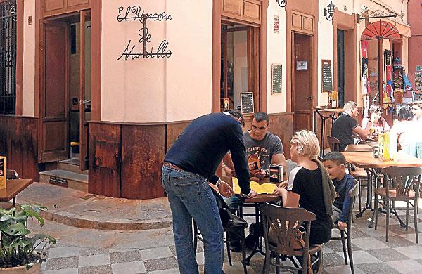 Uno de los atractivos del local es su terraza, que está en una calle peatonal del barrio de Santa Cruz.