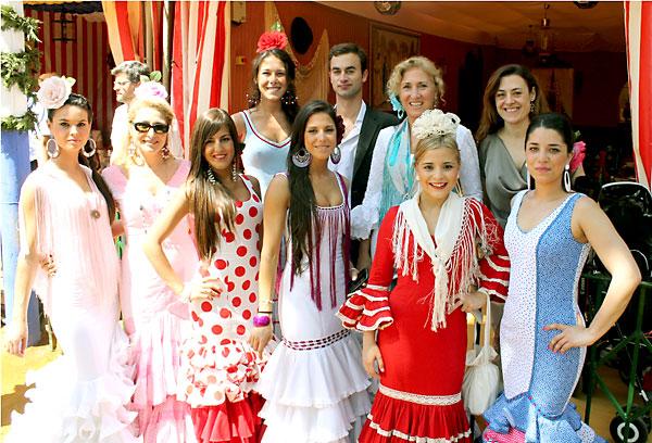 Julia García, Felipe Pueyo, Ana Palomo, Mª José Guerra. Al frente, Marha Valseca, Pepa Palomo, Hada Sánchez, Lucía García, Paloma Guerrero y Cristina Piñón.