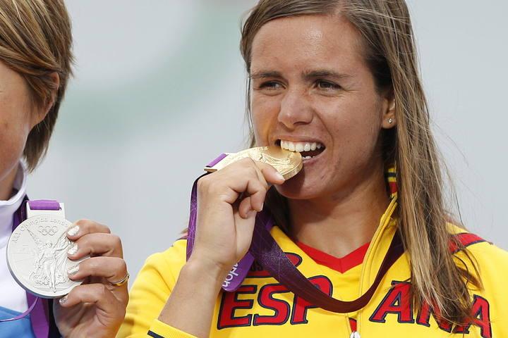 Marina Alabau muerde la medalla de oro que ganó en Wentworth en los JJOO.