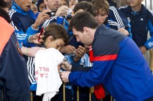 Messi firma autógrafos en París.
