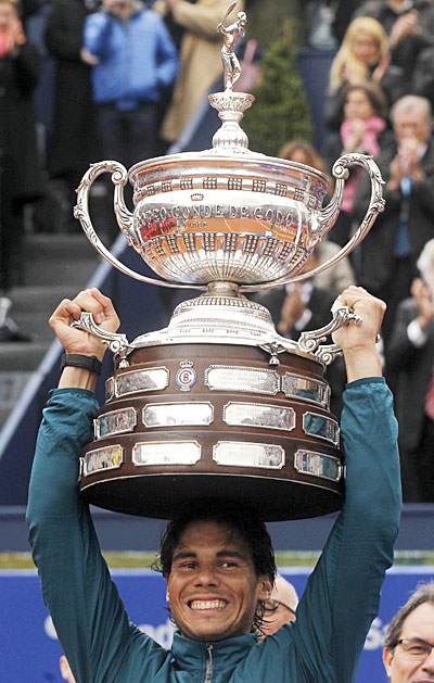 Rafael Nadal, con el trofeo de vencedor. / Reuters