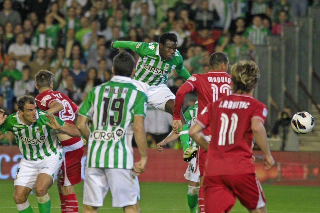 Nosa cabecea para marcar el 3-3 / Real Betis Balompié