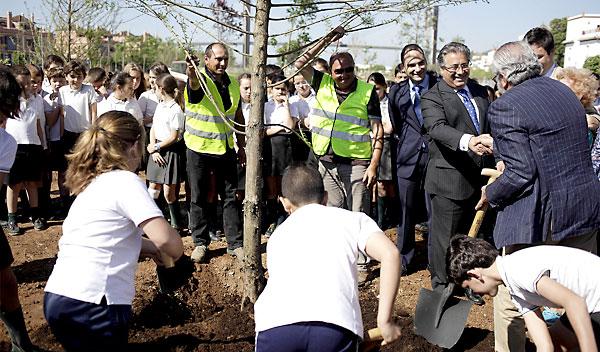 El alcalde de Sevilla participó ayer junto a escolares del Claret y el Corpus Cristi en las labores de plantación de los primeros árboles.