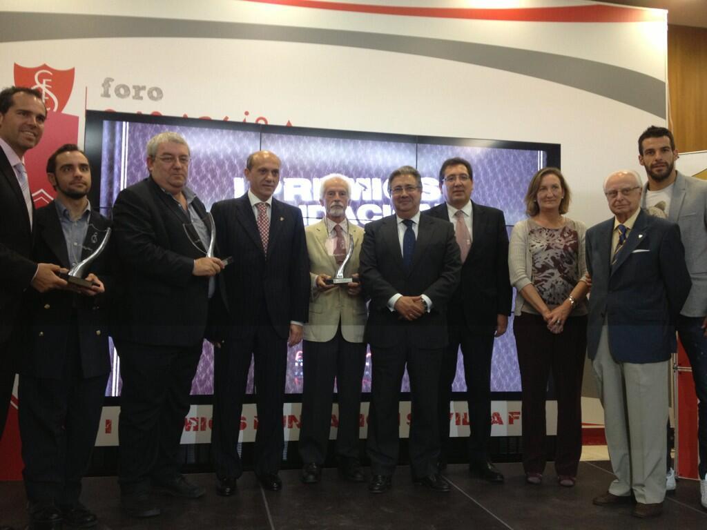 Foto de familia de los asistentes y los premiados. (Sevilla FC)