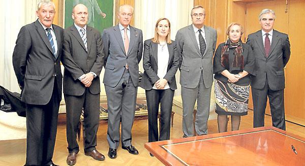 El presidente del Puerto de Sevilla, Manuel Fernández (primero por la izquierda), ayer tras la firma del convenio con la ministra Ana Pastor.